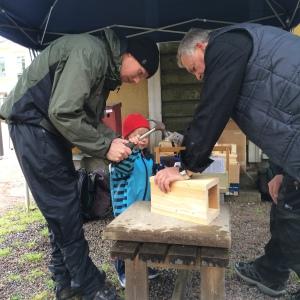 Idun byggde dagens första fågelholk med hjälp av pappa Sven och Biosfärambassadör Martin Bolms