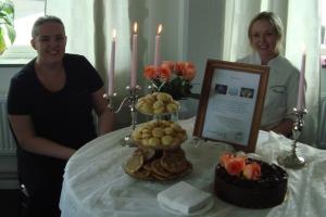 Sån här fin & god tårta firade vi med! Den var bakad av två elever på Vänergymnasiet: Charlotta Johansson och Sara Keskisarja. Tårtorna var framtagna med hållbarhet som en röd tråd rakt igenom: design, val av ingredienser och tillverkningsprocess. Om den var god? JA!