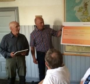 Biosfärområdets ordförande Lennart Bergquist överlämnar stipendiet till Naturskyddsföreningens Håkan Pettersson
